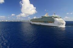 Cruzeiro no oceano Fotografia de Stock Royalty Free
