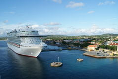 Cruzeiro no porto Imagens de Stock Royalty Free