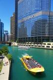 Cruzeiro para turistas em Chicago River Fotografia de Stock Royalty Free