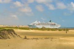 Cruzeiro que alcança a costa da praia natal, Brasil imagens de stock royalty free