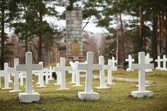 Cruzes brancas no cemitério letão da guerra Fotos de Stock Royalty Free