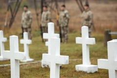 Cruzes brancas no cemitério letão da guerra Imagens de Stock