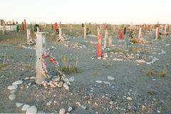 Cruzes e lápides em um cemitério Imagens de Stock Royalty Free