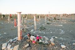 Cruzes e lápides em um cemitério Fotografia de Stock Royalty Free
