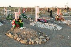 Cruzes e lápides em um cemitério Fotos de Stock