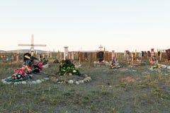 Cruzes e lápides em um cemitério Imagens de Stock