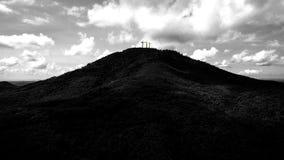 3 cruzes na montanha imagens de stock