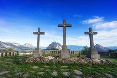 Cruzes no balcão de Urkiola que cerca por montanhas Imagem de Stock