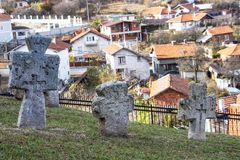 Cruzes velhas no cemitério da igreja do St Petka na fortaleza de Tsari Mali Grad na vila de Belchin, Bulgária fotografia de stock