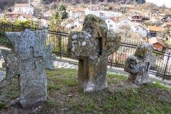 Cruzes velhas no cemitério da igreja do St Petka na fortaleza de Tsari Mali Grad na vila de Belchin, Bulgária foto de stock