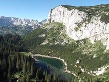 Crvena greda odbicie w Jablan jeziorze obraz stock