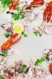 Cryfish cotti a vapore con i calamari freschi del bambino e del limone su backgr di legno Immagine Stock Libera da Diritti
