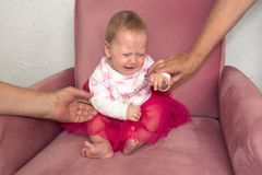 crying toddler Κρίση υστερίας παιδιών Αρνητικές συγκινήσεις του παιδιού, μικρό παιδί Συνεδρίαση κοριτσάκι στην προεδρία στο ρόδιν στοκ εικόνες