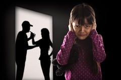 Cryling liten asiatisk flicka som tröttas av att gå i ax arkivfoton