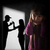 Cryling liten asiatisk flicka som tröttas av att gå i ax Royaltyfri Foto