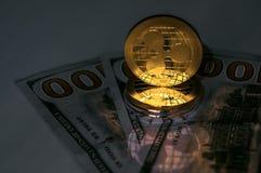 Crypto κυματισμών χρυσό νόμισμα νομίσματος και αμερικανικά τραπεζογραμμάτια δολαρίων στοκ φωτογραφία με δικαίωμα ελεύθερης χρήσης