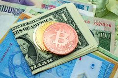 Crypto νομίσματα νομίσματος bitcoin στα τραπεζογραμμάτια, ψηφιακό εικονικό mone Στοκ Φωτογραφίες