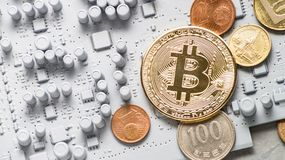 Crypto-νομίσματα προοπτικής: νομίσματα σε έναν τυπωμένο πίνακα κυκλωμάτων του γκρίζου χρώματος με άλλα νομίσματα Στοκ Εικόνες