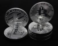 Crypto νομίσματα bitcoin και litecoin σε ένα μαύρο υπόβαθρο στοκ φωτογραφίες