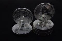 Crypto νομίσματα bitcoin και litecoin σε ένα μαύρο υπόβαθρο στοκ εικόνα