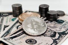 Crypto νόμισμα στο υπόβαθρο των δολαρίων Στοκ φωτογραφία με δικαίωμα ελεύθερης χρήσης
