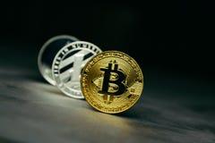 Crypto νόμισμα: bitcoin litecoin και ethereum στο υπόβαθρο από το διακοσμητικό ασβεστοκονίαμα στοκ φωτογραφία με δικαίωμα ελεύθερης χρήσης