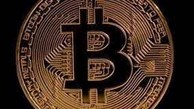 Crypto or Bitcoin - BTC de devise - pièce de monnaie de peu Rotation sur le noir clips vidéos