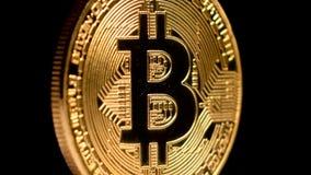 Crypto or Bitcoin - BTC de devise - pièce de monnaie de peu Rotation sur le noir banque de vidéos