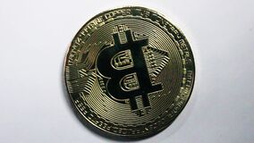 Crypto bitcoin de devise sur le fond blanc banque de vidéos