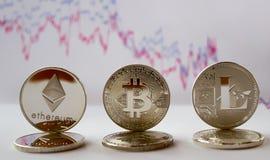 Crypto - bitcoin ethereum litecoin en grafiek stock foto's