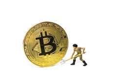 Crypto concept d'exploitation de devise par le chiffre miniature fouille de mineur sur Bitcoin d'or images libres de droits