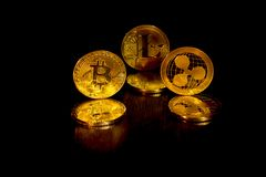 Crypto curencies bitcoin litecoin και κυματισμός στοκ φωτογραφία με δικαίωμα ελεύθερης χρήσης