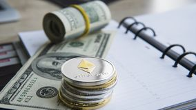 Crypto devise d'Ethereum sur 100 biils du dollar sur le bloc-notes Bénéfice du mien de cryptos devises Mineur avec des dollars Images stock