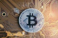 Crypto digitaal het geldconcept van muntbitcoin, glanzende gouden phys stock afbeelding