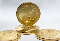 Crypto digital valuta - guld- mynt skvalpar xrp fotografering för bildbyråer