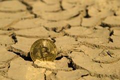 Crypto frapper de devise de Bitcoin inférieur sèchent l'appui photographie stock