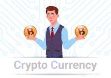 Crypto homme de bannière de devise tenant Bitcoins d'or au-dessus de concept d'argent de Web de Digital de fond de circuit de car Photo stock