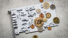 Crypto-monedas de la perspectiva: monedas en una placa de circuito impresa del color gris con otras monedas Foto de archivo