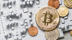 Crypto-monedas de la perspectiva: monedas en una placa de circuito impresa del color gris con otras monedas Imagenes de archivo
