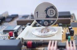 Crypto munt bitcoin, één cent op motherboard Stock Foto's