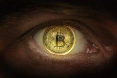 Crypto munt gouden Bitcoin Macro die bitcoins schieten Oog van een mens met een bitcoinmuntstuk in een student wordt weerspiegeld stock fotografie