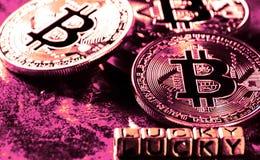 Crypto munt Gouden die Bitcoin met gelukkig woord, BTC, macro wordt geschoten van Stock Fotografie