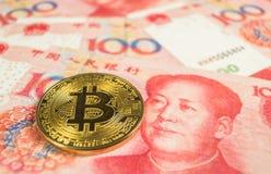 Crypto muntconcept - een Bitcoin met Chinece-munt RMB, Renminbi, yuans royalty-vrije stock afbeelding