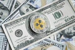 Crypto muntrimpeling xrp en ons de achtergrond van het dollarsgeld Blockchain en cyber munt Globaal geld uitwisseling Royalty-vrije Stock Afbeeldingen