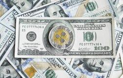 Crypto muntrimpeling xrp en ons de achtergrond van het dollarsgeld Blockchain en cyber munt Globaal geld uitwisseling Royalty-vrije Stock Foto