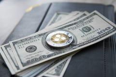 Crypto muntrimpeling xrp en op de achtergrond en het notitieboekje van het dollarsgeld Blockchain en cyber munt Globaal geld stock afbeeldingen
