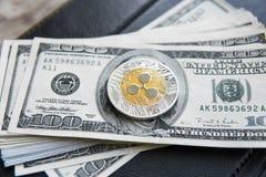 Crypto muntrimpeling xrp en op de achtergrond en het notitieboekje van het dollarsgeld Blockchain en cyber munt Globaal geld Stock Fotografie