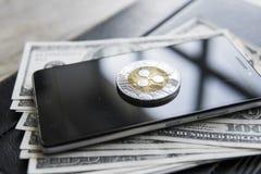 Crypto muntrimpeling xrp op smartphone en ons de achtergrond van het dollarsgeld Blockchain en cyber munt Globaal geld stock afbeelding