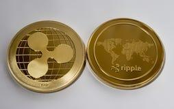 Crypto ondulation de devise sur un fond blanc Photo libre de droits