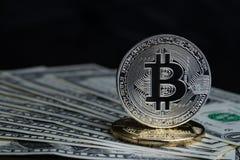 Crypto pièce de monnaie de devise de bitcoin d'or et argenté sur la banque de dollar US Photo stock